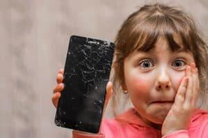 ילדה עם סמארטפון שבור